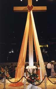 会場中央に設けられた十字架。イエズスの聖心から流れる御血と水を象徴しています。