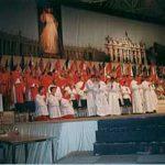 司祭団とひざまずく侍者の少年