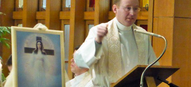 講話を行うナイル神父様